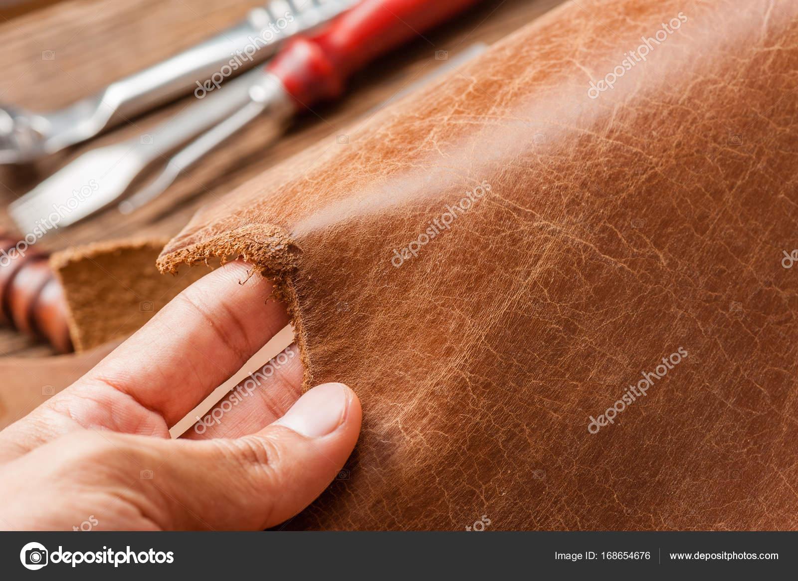 6d5c070c11 in pelle marrone per lavorazione cuoio — Foto Stock © norgallery ...