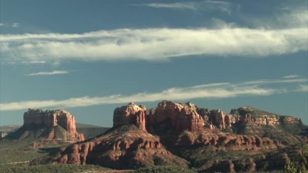 gyönyörű ég alatt hegyek gyönyörű vörös szikla