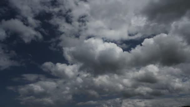 světle šedé mraky v nebi