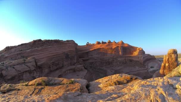 východ a západ slunce nad krajinou pouště redrocks
