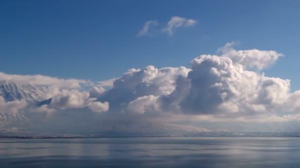 čas zanikla mraky nad vodou a zimní krajina