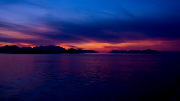 čas zanikla barevné růžový západ slunce na vodě