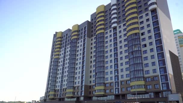 Modern toronyház, sárga betétekkel. Lakóépületek a fejlődő országokban. Növekvő népesség a nagyvárosi területeken.