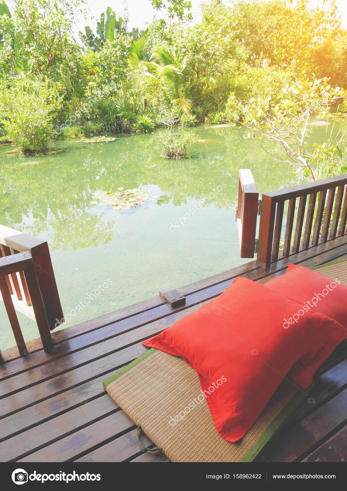 Holz Terrasse Auf Einen Entspannenden Grunen Teich Mit Bambus
