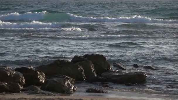 Zpomalené vlny přes skalní výchoz mytí