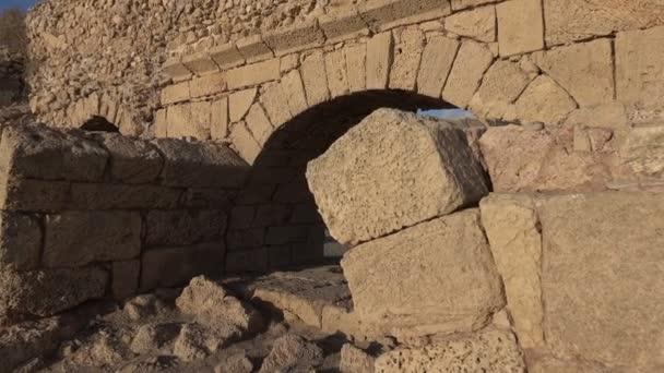 Ruiny starého římského akvaduktu v Izraeli