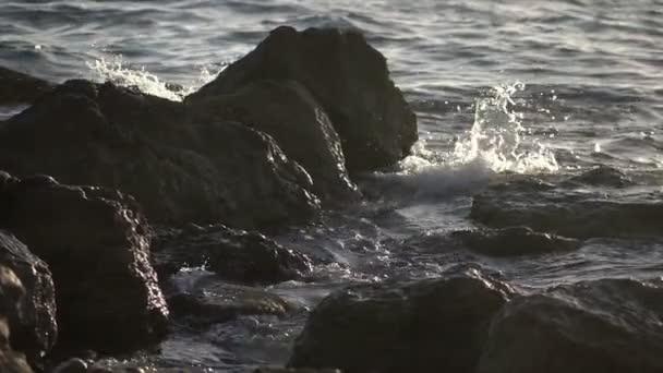 Zpomalený pohyb Surf zřítilo mezi skalami na středomořské pláži
