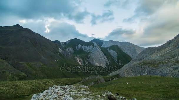 ProRes. Časová prodleva. Tvorbu a pohyb mraků nad horami. Přepínač na šířku. Sibiř.