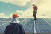 inženýr tým pracující na náhradní solární panel v solární energie