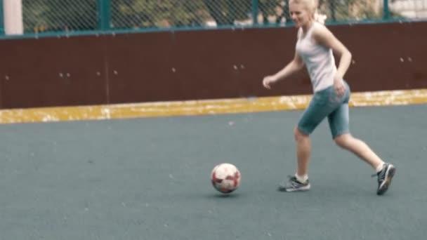 Žena hrát fotbal fotbal. Ženské footballe hráč