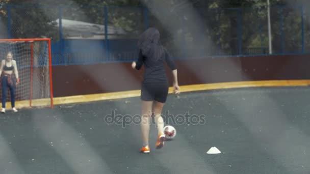 Samice fotbalistu bije míč