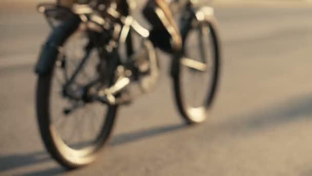 Žena na kole na koni na city