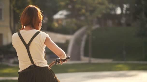Redhaired žena cyklistické kolo