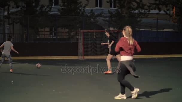 Žena fotbalový tým hrát venku