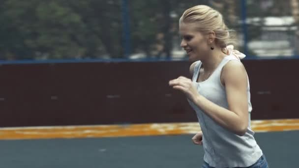 Fotbalista žena bije míč