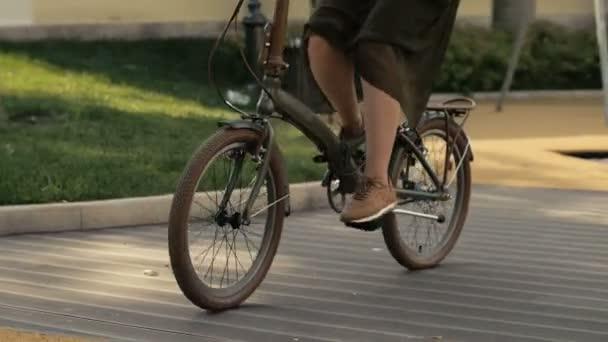 Zbavit koly z bicyklu. Detailní záběr mladá žena cyklovýlet na silnici park