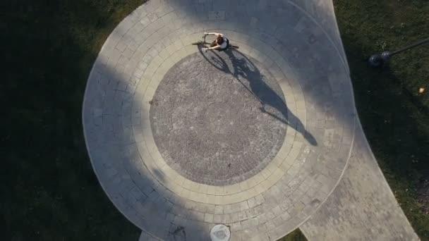 Pohled shora žena kol Jízda na kole na kole silnici v městském parku