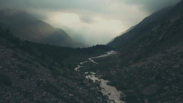 Letecký pohled na hory krajina. Turistické skupiny chůzi na horské stezce