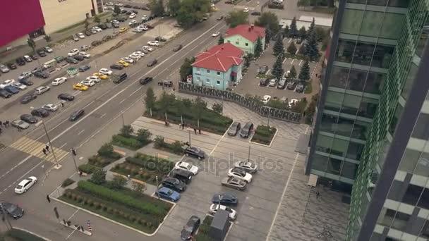 Firemní parkoviště auto v přední budově obchodní kancelář. Skleněná fasáda budovy