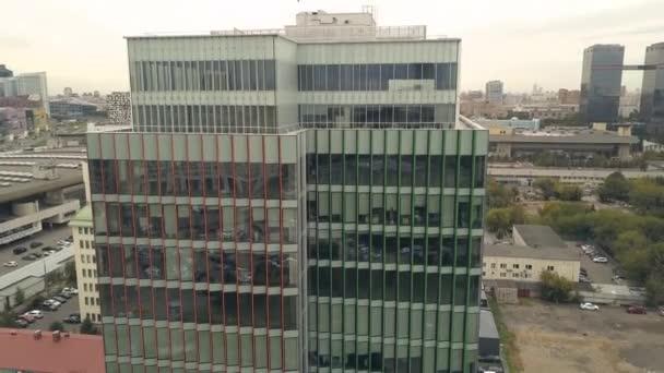 DRONY pohledu highrise business centrum v městě. Skleněná fasáda budovy