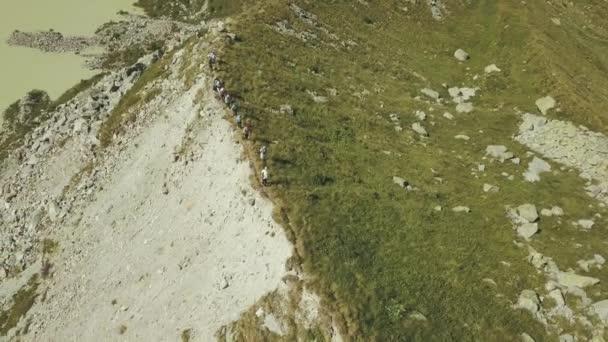 Sky view pěší skupina chůzi na horský hřeben. Lake view a horské vrcholy