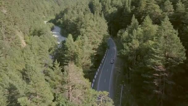 Krásný pohled shora vozidla pohybující se po silnici mezi zelený Les do hor