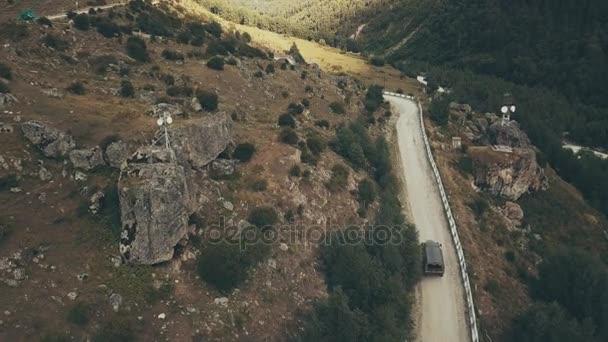 DRONY nákladní auto jízdy po klikaté horské silnici na letní den