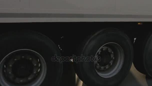 Kola kamionu s nákladní kontejner jízdy na dálnici na asfaltu pozadí