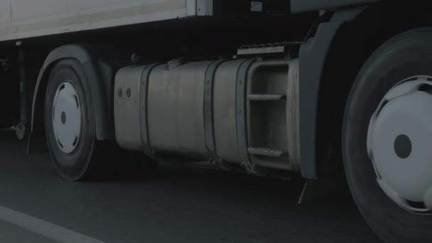 Kola nákladní vůz otáčení během jízdy na předměstské silnici