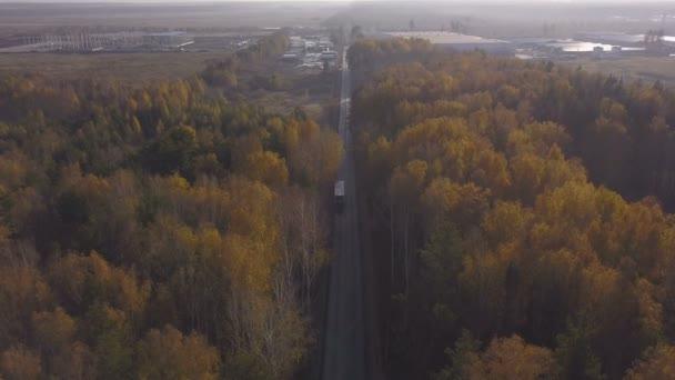 DRONY pohledu nákladní vůz na dálnici auto na pozadí podzimní les