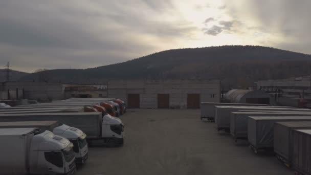 Nákladní auto s nákladní kontejner vypuzuje z zaparkovaných kaluž po vykládce