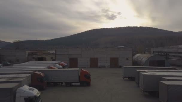 Nákladní auto s nákladní kontejner parkování na kaluž pro odpočinek trucker pohled shora