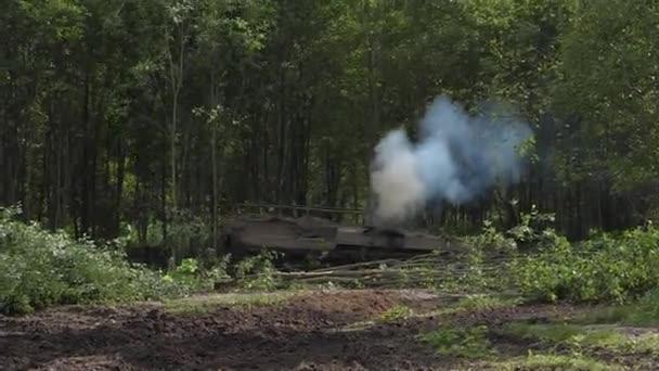 """Opération """"Karcher dans la jungle"""" Depositphotos_175852102-stock-video-army-tank-destroy-green-forest"""