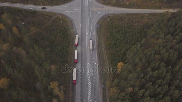 Letecký pohled na nákladní auto s nákladní kontejner na roadsideat dálnici
