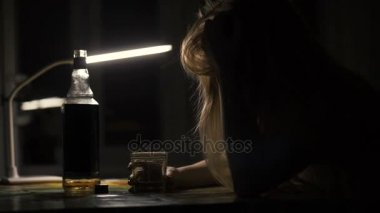 Részeg nő ül asztal üveg whisky és a tojásrakás fej tábla