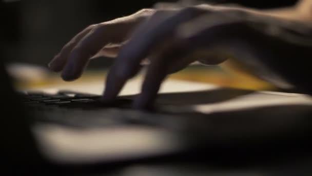 Közelről nő kezében szöveg notebook billentyűzet gépelés a sötét belső tér