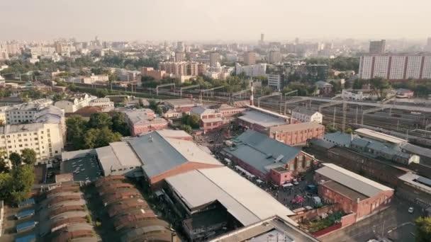 Letecký krajina od létající dron nad průmyslových budov a městských budov