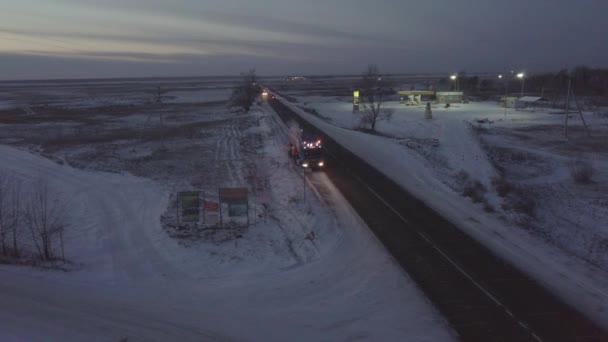Camion di benzina che passa lungo il ciglio della strada autostrada inverno drone vista