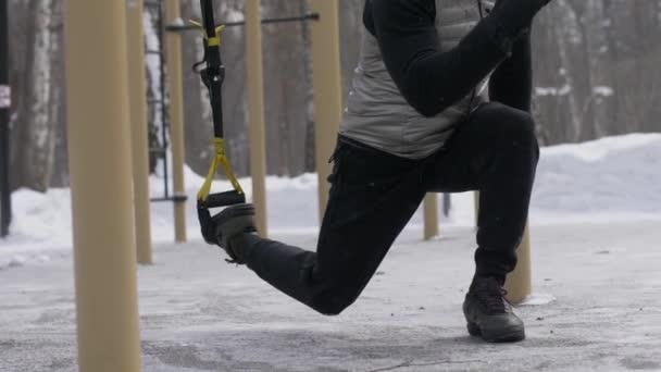 Uomo allenamento squat esercitare e saltare esercitazione con lespansore di fitness allaperto