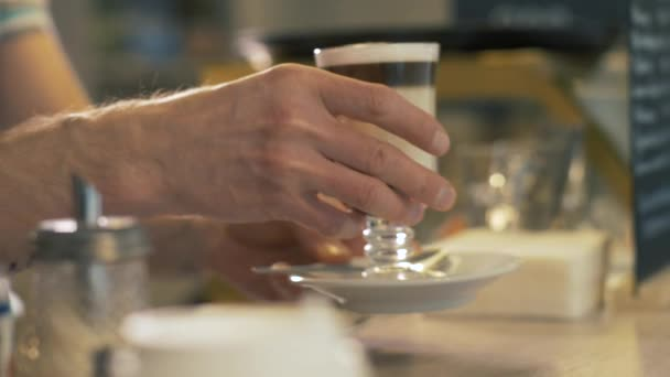 Elhelyezés készített Barista kávézó asztal üveg pohár tejeskávé közelről