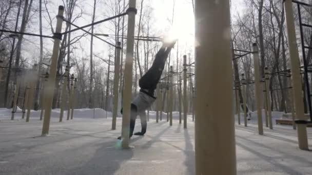 Muž školení sportovní popruhy na zimní venkovní půdě. Sportovní a zdravé