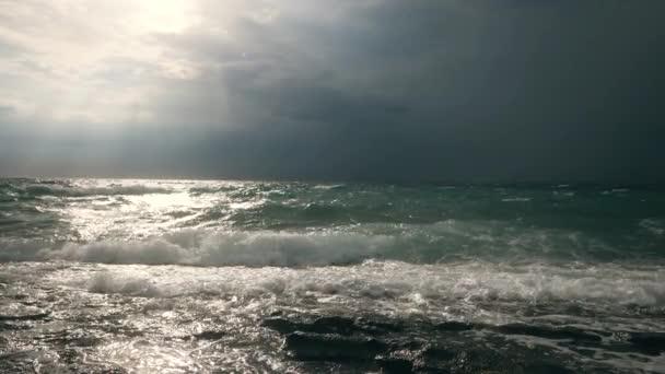 Bouřlivé počasí se silnými vlnami, silný vítr v oceánu s temnými mraky.