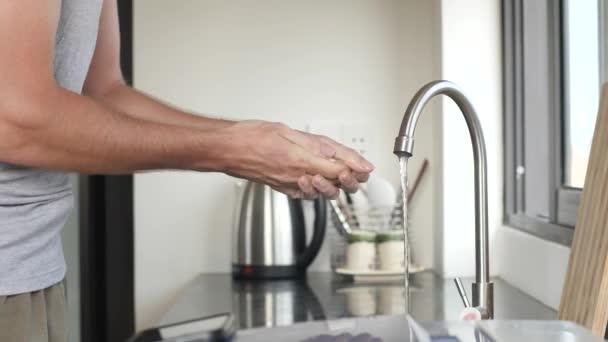 Man kezet alaposan mosni szappannal és folyóvízzel, hogy megakadályozzák a koronavírus.