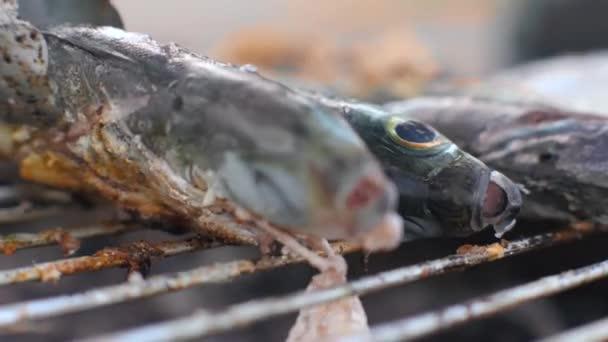 Detailní záběr vařící ryby. Pečení marinovaných ryb na grilu.