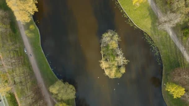 Drone di ricognizione aerea Parco cittadino vista primavera autunno inoltrato con buona ecologia lago
