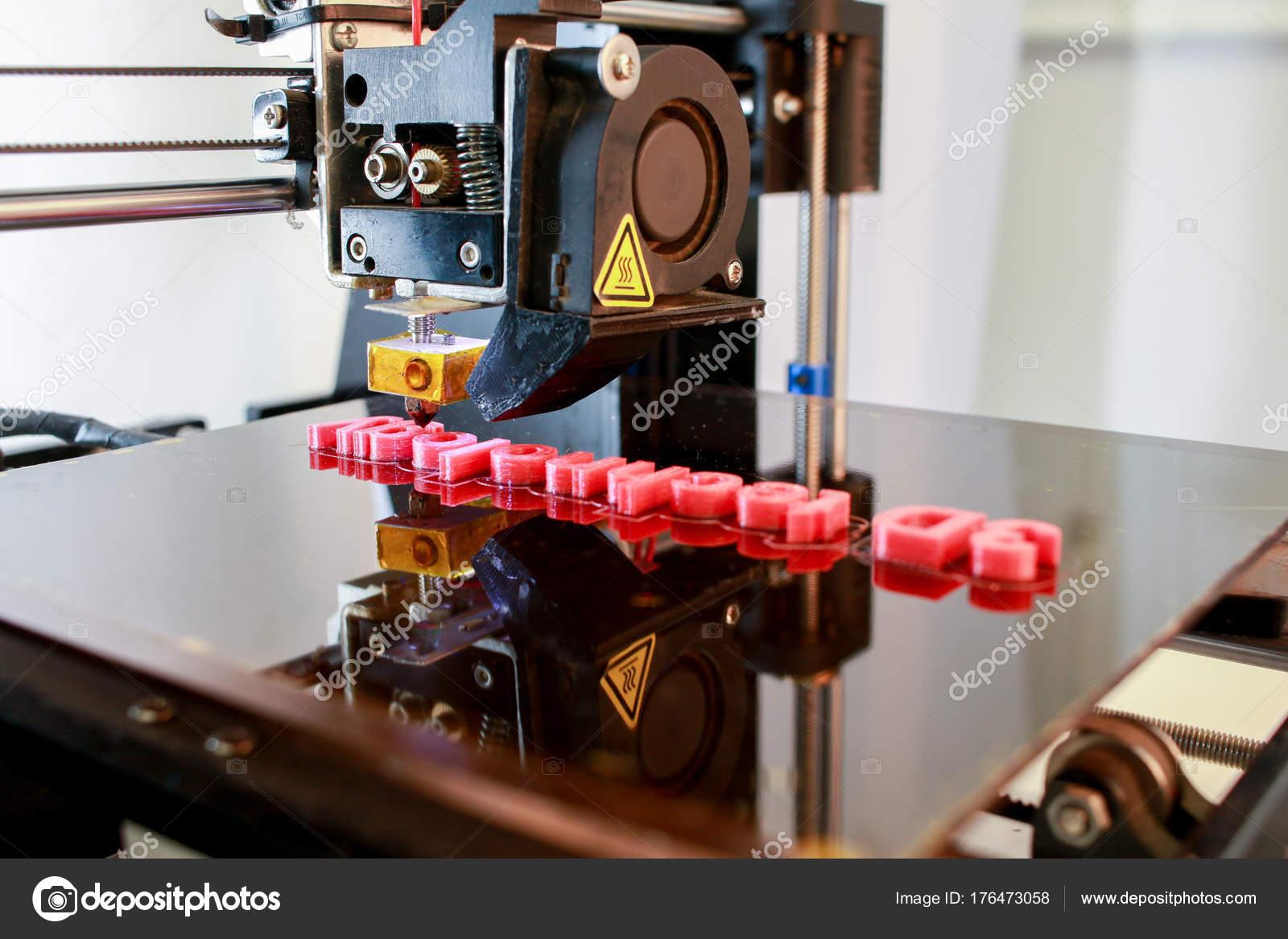 3D nyomtató nyomtatás piros betűkkel szavakat 3d technológia közelről–  stock kép 744ab9c2b9