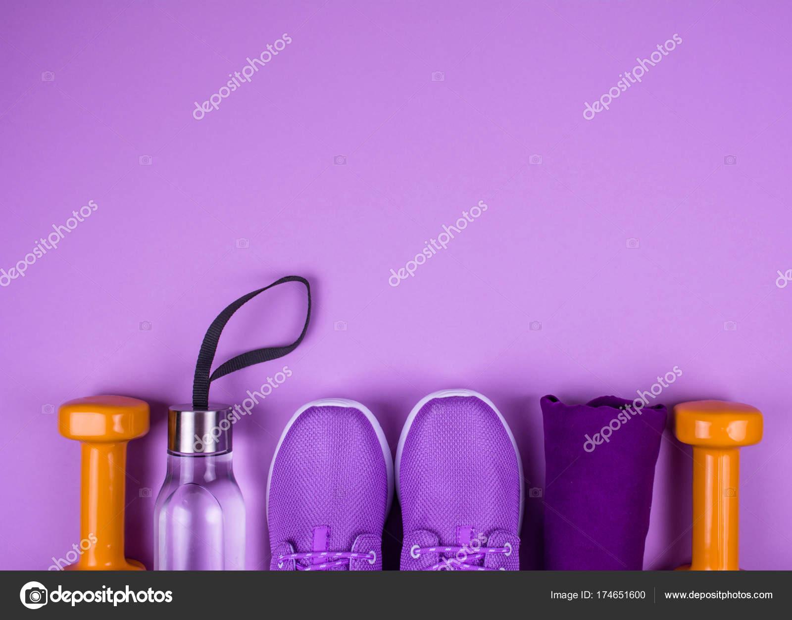 Plano creativo pone de equipos de deporte y fitness sobre fondo amarillo  con espacio de copia — Foto de niekrasova d4b8d70c08412