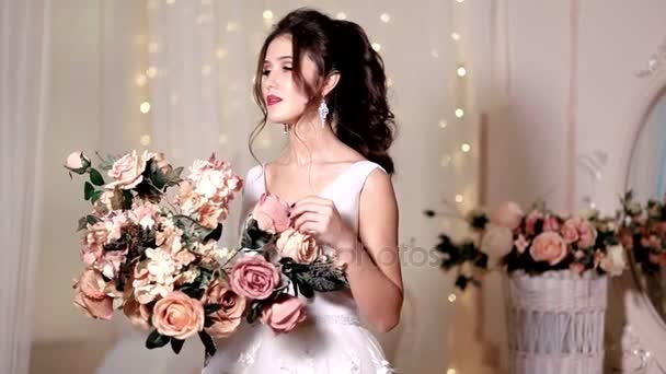 Portrét krásné dívka pózuje s velkou kyticí růží