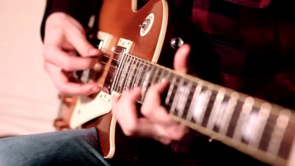 closeup prstů od hrál na akustickou kytaru