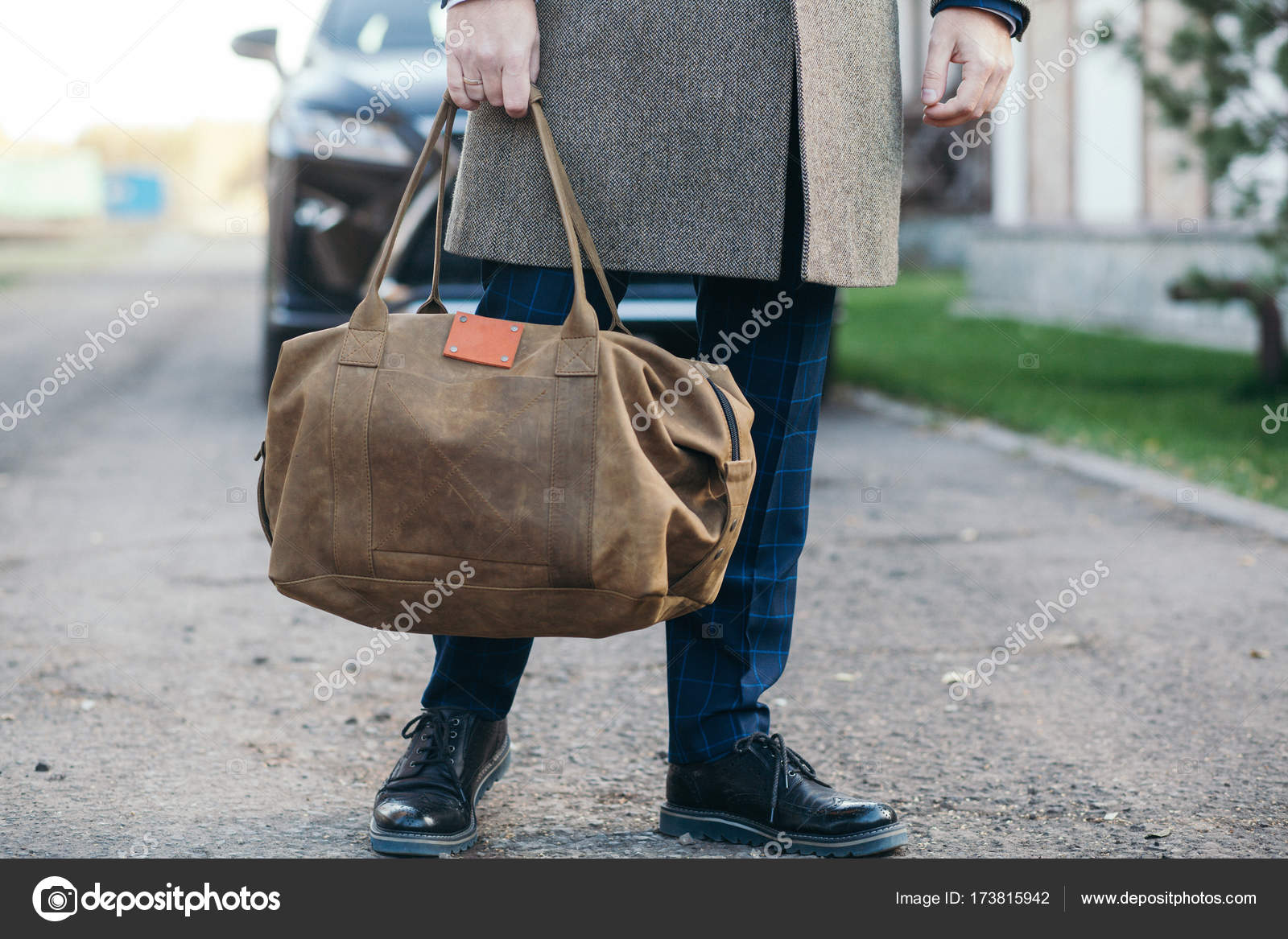 b8efa5ab4e The man with a bag goes to a coat to the house. — Stock Photo ...